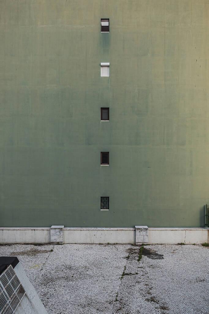 Façade verte olive d'un immeuble à appartements dans le quartier Olivais Sul à Lisbonne.