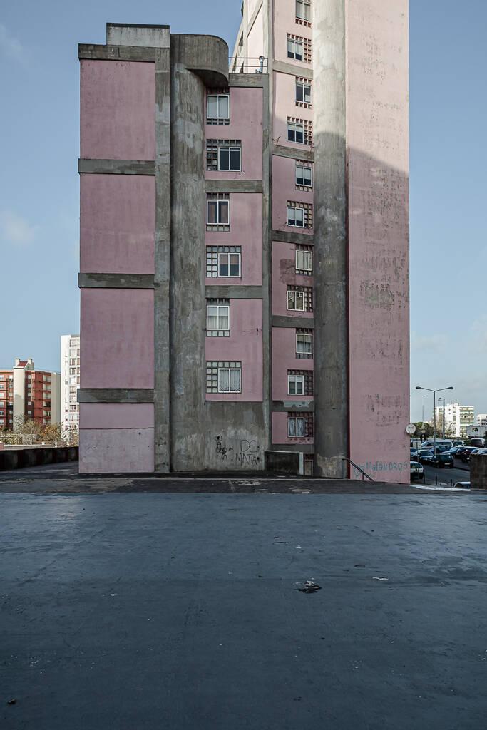 Façade rose d'un immeuble à appartements dans le quartier Bairro da Flamenga à Lisbonne.
