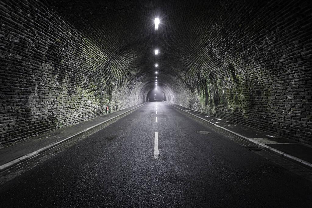 Perspective dans la brume sur un tunnel couvert de mousses…