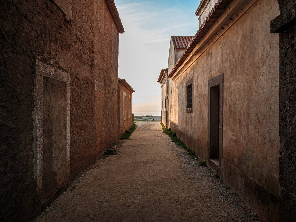 Vue sur Cabo Espichel depuis une ruelle du Sanctuaire de Cabo Espichel…