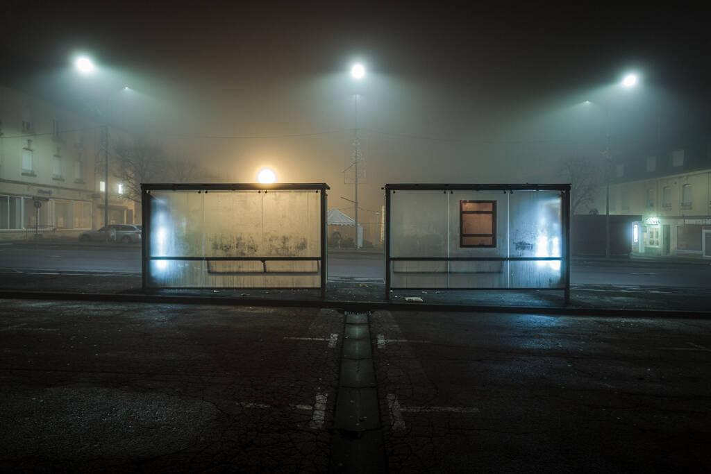 Aubettes de la ligne 751 dans la brouillard sur la Place Darche à Longwy-Haut