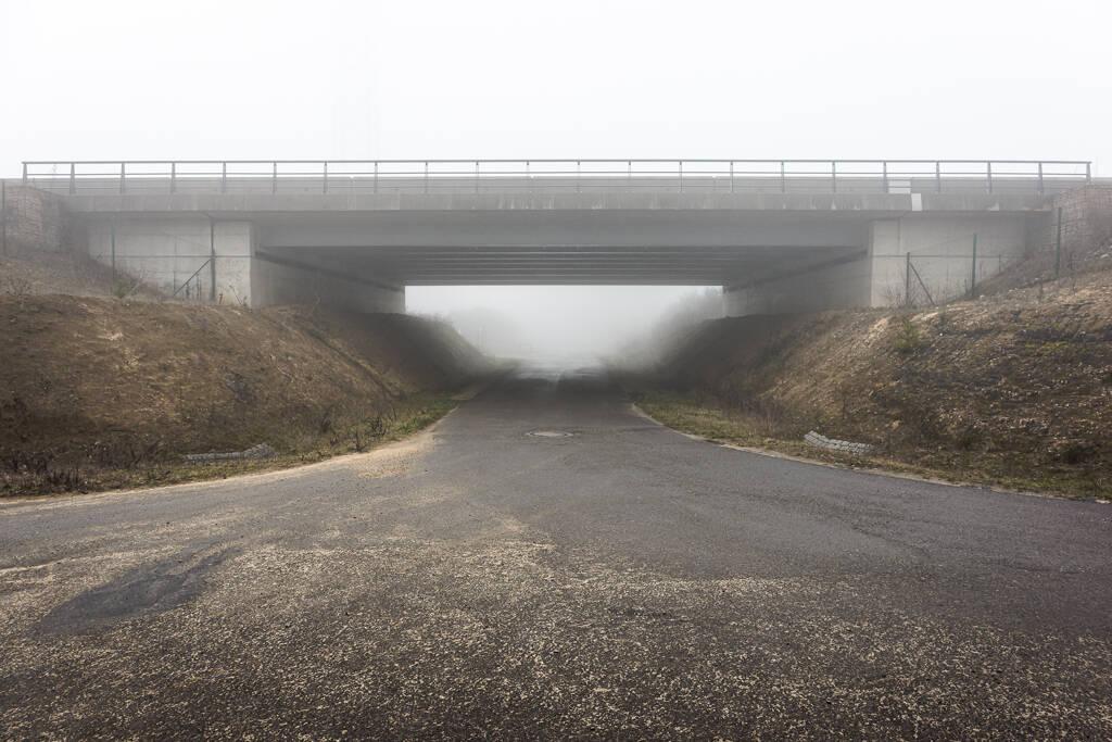 Pont de l'autoroute du nord dans le brouillard de la campagne d'Heisorf au Luxembourg ...