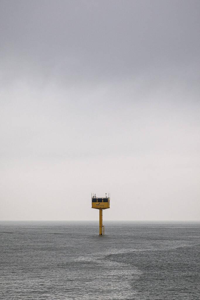 Plateforme jaune de Blue Accelerator immergée en mer du nord sous un ciel menaçant aux abords des côtes d'Ostende