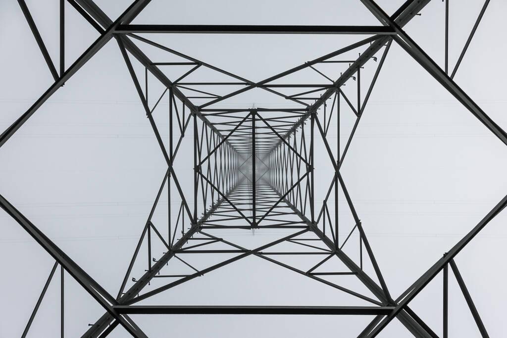 Contre plongé sous le centre d'un pylône électrique ...