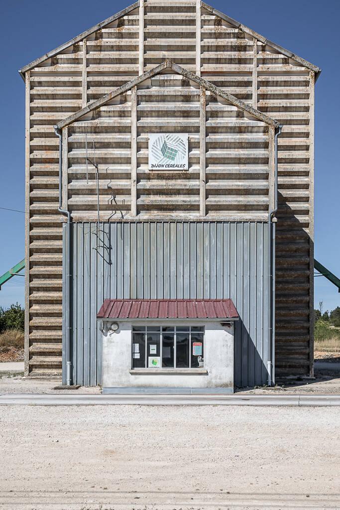 Silo à grains rectangulaire et en béton de Dijon Céréales situé sur le Départementale 3 à Selongey près de Dijon en France.