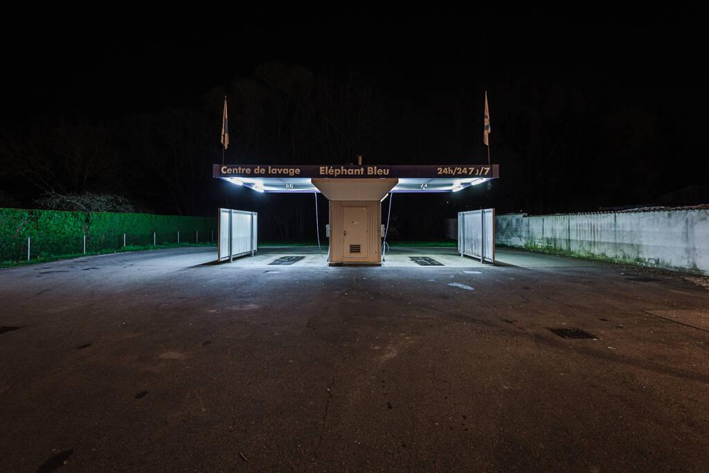 Plan large nocture sur une station de lavage Eléphant bleu à Bouzonville…