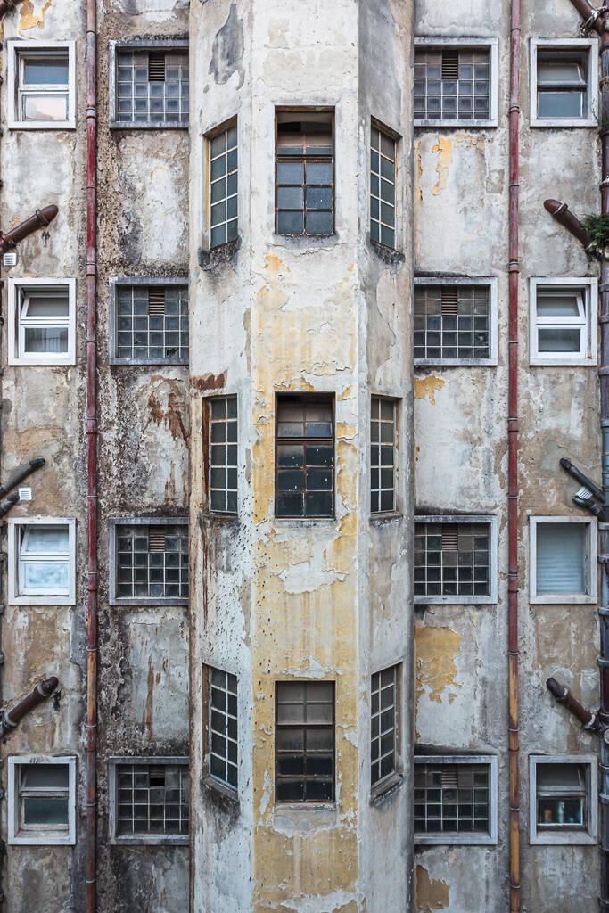 Grand angle sur une façade décrépie non loin de Elevador de Santa Justa