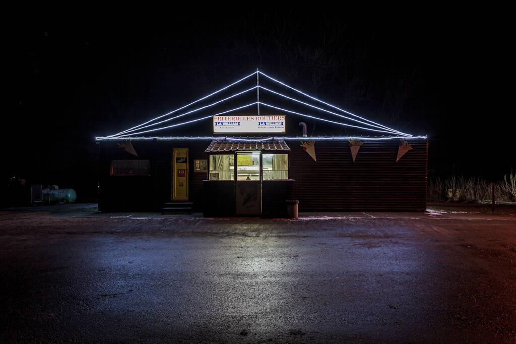 Photo de nuit d'une friterie pour routiers sur une nationale de la province du Luxembourg...