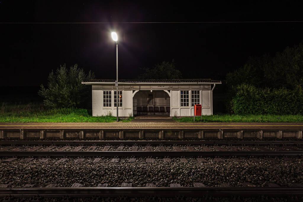 Grand angle de nuit sur le quai de la gare de Bedzdorf.