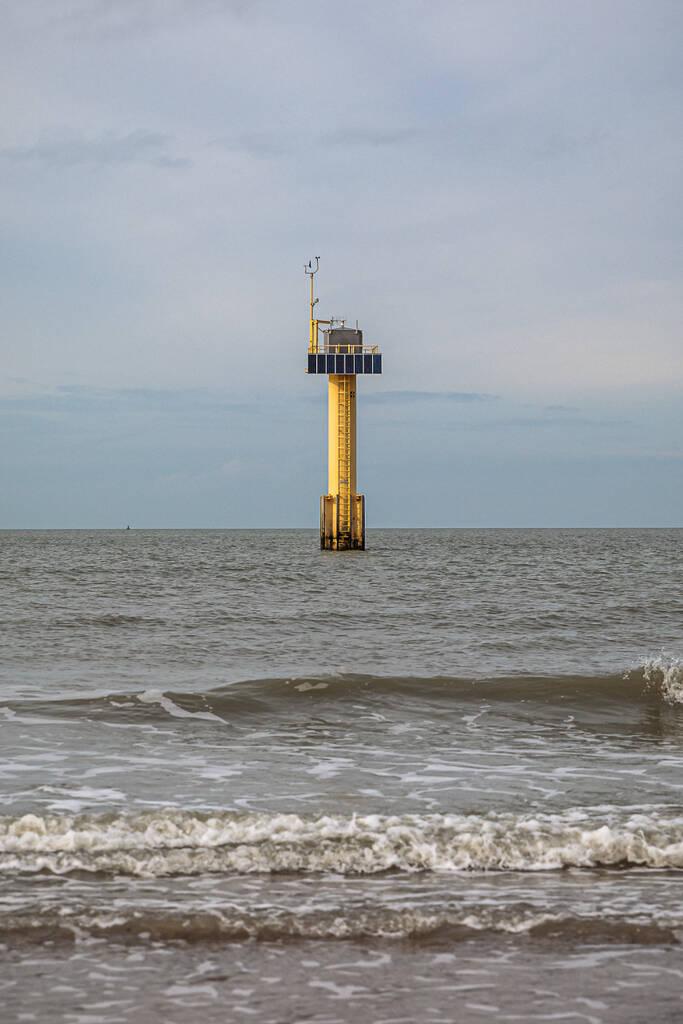 Tour météorologique jaune dans la mer du nord à hauteur des côtes de Cadzand Bad.