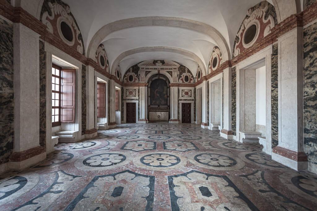 Perspective en intérieur d'une église à Lisbonne...