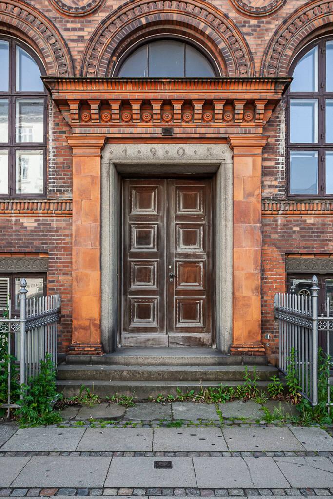 Grand angle sur une des porte d'entrée de l'université de Copenhague...