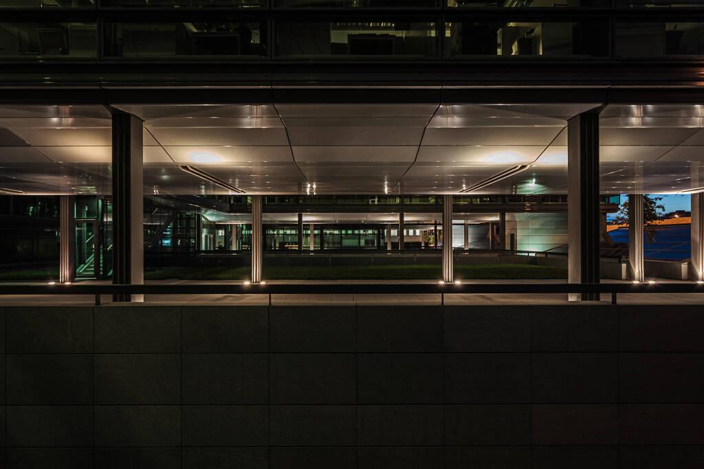 Plan large nocture sur la structure de la Chambre de commerce de Luxembourg