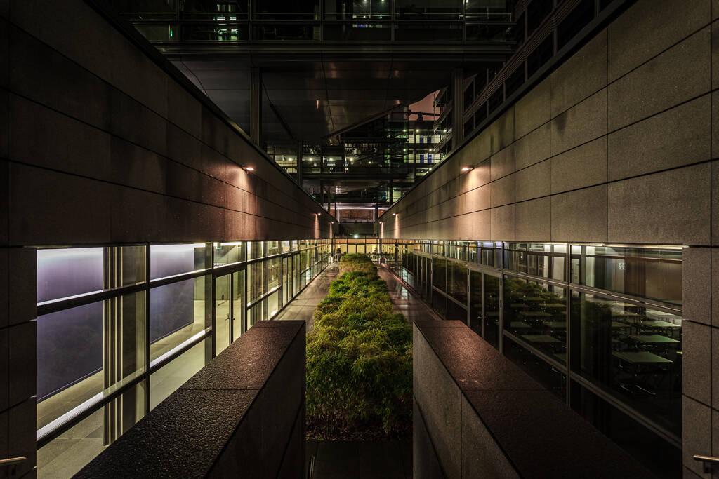 Perspective nocturne sur un sous niveau de la chambre de commerce de Luxembourg...