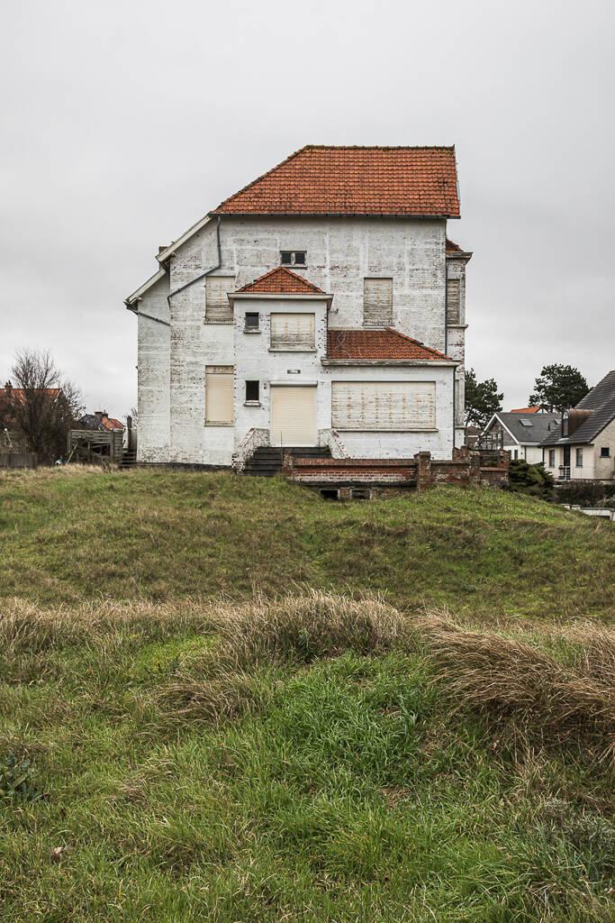 Maison blanche et son jardin abandonnés sur la Koninklijke-Baan à Koksijde/Coxyde.
