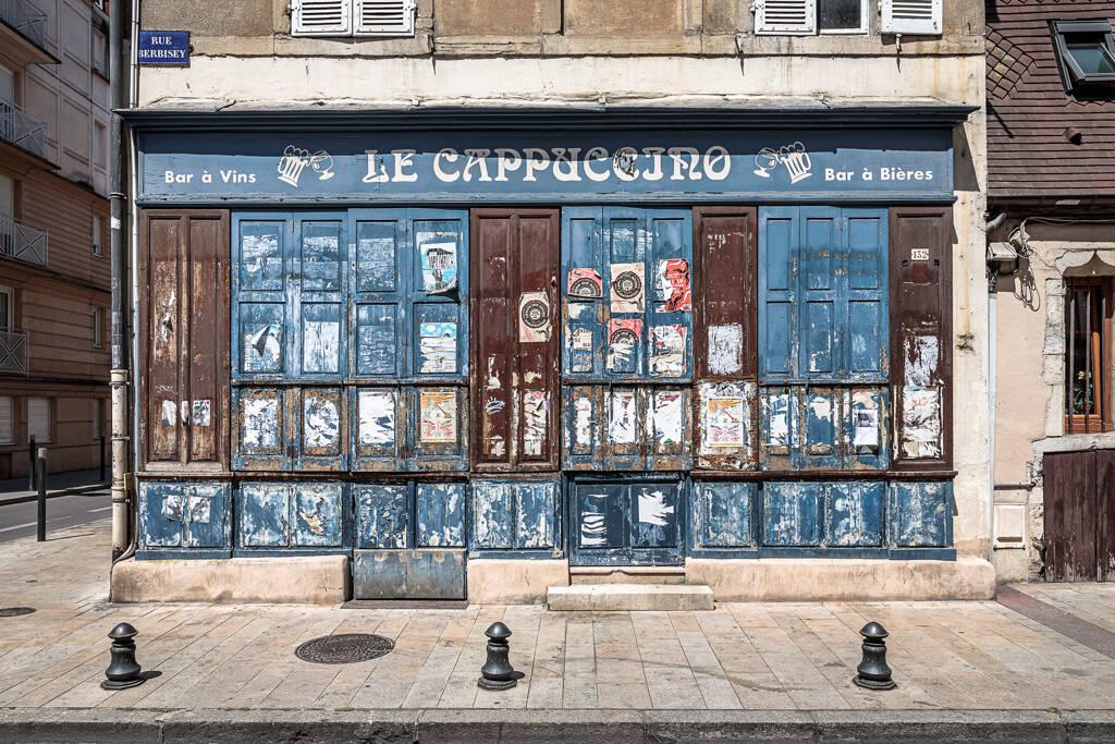 Façade du café Le Cappuccino, bar à vins et à bières, abandonné rue Birbesey à Dijon...