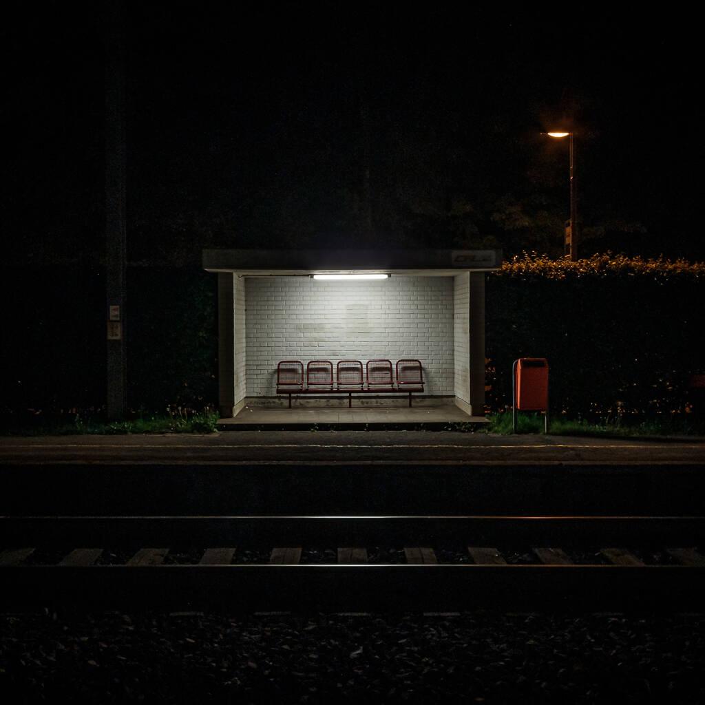 Abrit pour voyageurs sur le quai d'une gare CFL la nuit.