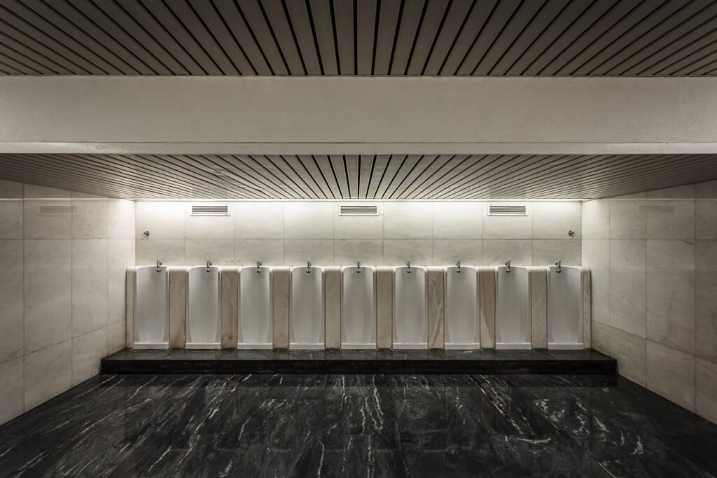Grand angle sur une série d'urinoirs de la Fondation Calouste Gulbenkian à Lisbonne...