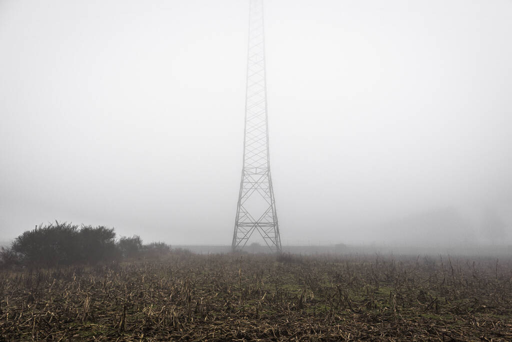 Pylône électrique dans le brouillard de la campagne d'Heisorf au Luxembourg ...