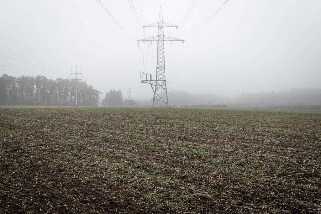 Pylônes électriques dans le brouillard de la campagne Asselscheuer au Luxembourg ...