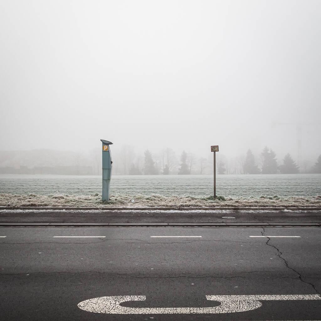 Paysage urbain en hiver sur fond de brouillard