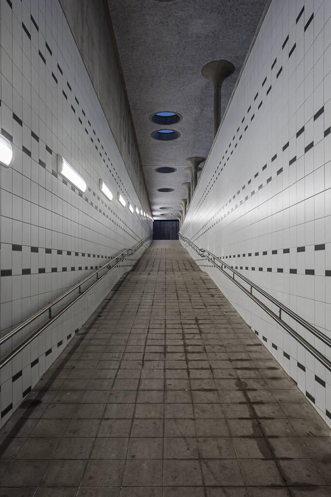 Perspective de nuit sur une rampe menant à un quai de gare