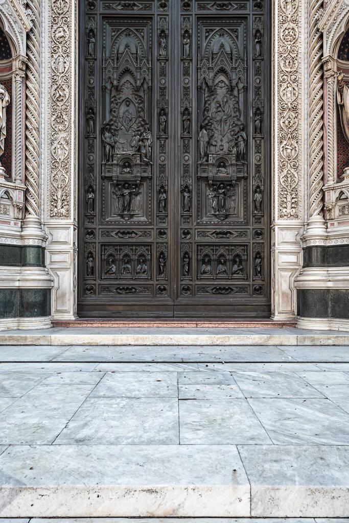 Grand angle sur la porte de la Cathédrale Santa Maria del Fioré à Florence