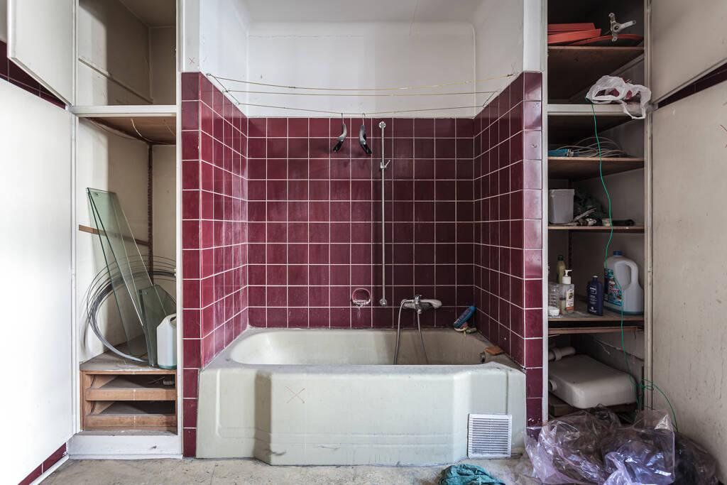 Salle de bain aux vieux carralages pourpres…