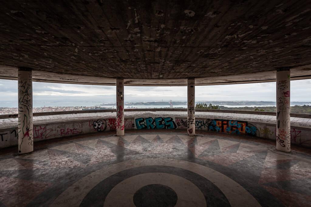 Vue le Pont du 25 Avril depuis le Mirador panoramique de Monsanto à Lisbonne...